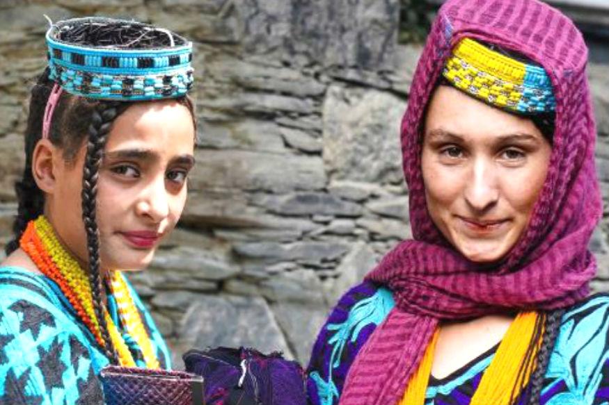 पाकिस्तान-अफगाणिस्तानच्या सीमेवरच पाकिस्तानातील कलाशा नावाची सर्वात अल्पसंख्याक जमात राहते. पावणेचार हजाराच्या आसपास असलेली ही जमात आपल्या काही आधुनिक परंपरांसाठी प्रसिद्ध आहे. जसं की जर या जमातीतील महिलांना दुसरा एखादा पुरूष आवडला तर त्या सरळ काडीमोड घेऊन दुसऱ्या पुरूषाशी लग्न करतात.