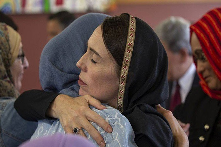 न्यूझीलंडमधल्या हल्ल्यात ५० जणांचा बळी गेलाय. हल्ल्यानंतर एक दिवसांनी पंतप्रधान जॅसिंडा अॅडर्न यांनी बुरखा घालून पीडितांच्या कुटुंबीयांची विचारपूस केली.
