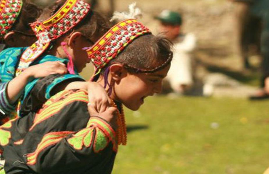 ही जमात साध्या घरामध्ये राहते. उत्सवात तर स्त्री-पुरूष एकसाथ मद्यपान पिऊन, बासरी आणि ड्रमच्या तालावर नृत्य करतात. अफगाण-पाकिस्तानी लोकांच्या भीतीमुळे तिथले लोक कायम स्वरक्षणासाठी बंदुका ठेवतात.