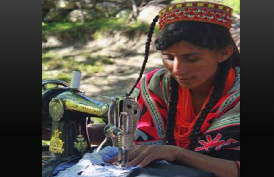 या जमातीत बहुसंख्य स्त्रिया लघुउद्योगांच्या माध्यमातून पैसे कमावतात. त्यांनी तयार केलेल्या पर्स आणि रंगीबिरंगी माळा पुरूष मंडळी शहरात जाऊन विकतात. नटायची भारी शौक असलेल्या या महिला डोक्यावर खास टोपी आणि गळ्यात रंगीबिरंगी माळा घालतात.