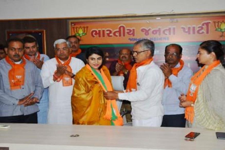 क्रिकेटपटू रवींद्र जडेजाच्या पत्नीचा भाजपमध्ये प्रवेश, लोकसभेची निवडणूक लढविणार?
