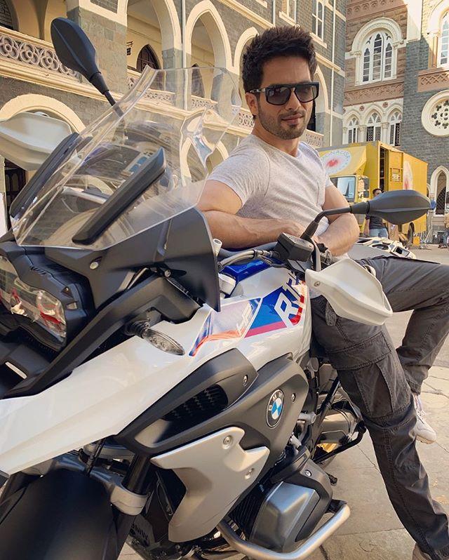 नुकतीच त्याने BMW R 1250 GS Adventure विकत घेतली. या बाइकची किंमत आहे तब्बल १८ लाख २५ हजार रुपये. स्वतः शाहीदने या बाइकचे फोटो सोशल मीडियावर शेअर केले.