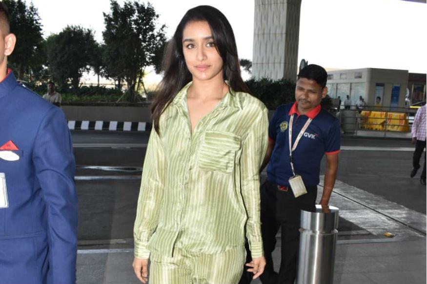 अभिनेत्री श्रद्धा कपूर नुकतीच मुंबई एअरपोर्टवर दिसली. नेहमीप्रमाणे यावेळीही ती फार सुंदर दिसत होती. पण यावेळी ती चक्क नाइट सूटमध्ये दिसली. तिचा हा लूक अनेकांना बुचकळ्यात टाकणारा होता. नुकताच श्रद्धाने तिचा ३२ वा वाढदिवस साजरा केला.