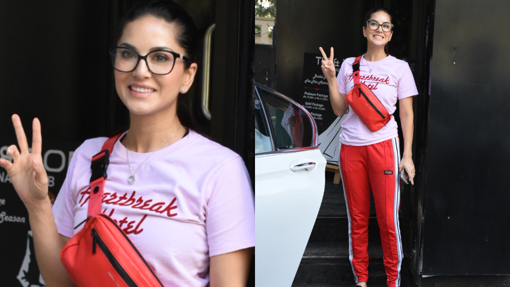 बॉलीवूडची हॉट अभिनेत्री आणि आयटम गर्ल सनी लिओन मुंबईमध्ये स्पॉट झाली आहे.