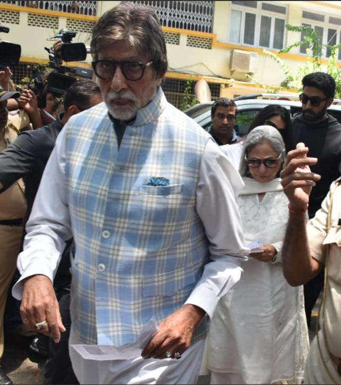 अमिताभ बच्चन आपल्या पत्नी जया बच्चनसोबत मतदान केंद्रावर पोहोचले. यावेळी त्यांनी पांढऱ्या आणि निळ्या रंगाचं जॅकेट घातलं होतं. तर जया बच्चन यांनी पांढऱ्या रंगाचा पंजाबी ड्रेस घातला होता.