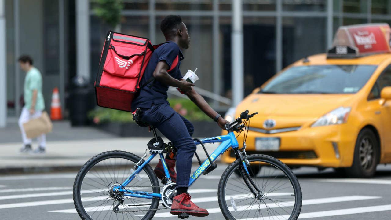 बिहारमध्ये बगलपूर आणि गाया दोन्ही शहरांमध्ये झोमॅटो सायकलवरून फूडची डिलिव्हरी करतं. तिथे प्रदूषणाला आळा घालण्यासाठी दुचाकीपेक्षा सायकल वापरण्यावर भर दिला जातो.