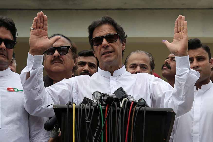 भाजप जिंकल्यास काश्मीरमध्ये तडजोडीत काहीतरी होईल असं मत इम्रान खान यांनी म्हटलं आहे.