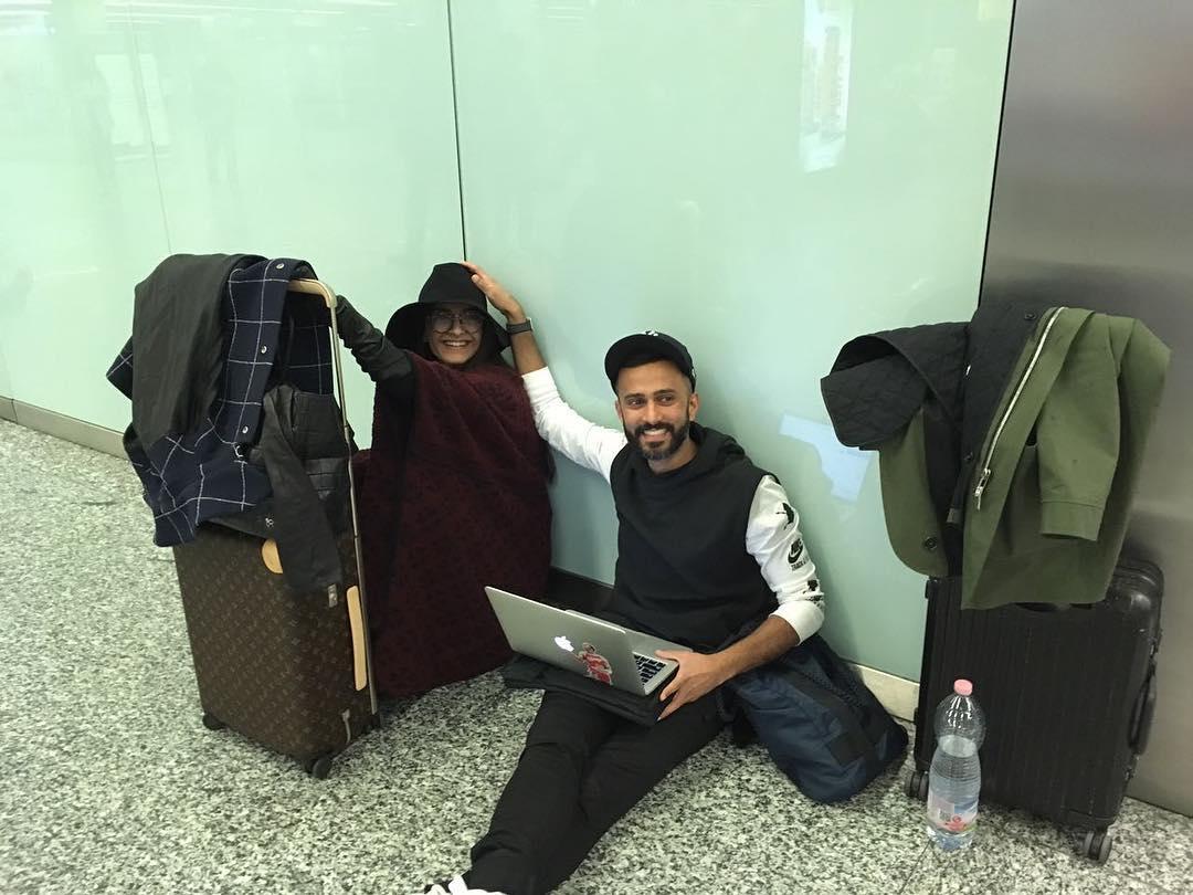 या फोटोमध्ये सोनम आणि आनंद आरामात एअरपोर्टवरच्या जमिनीवर बसलेले दिसत आहेत. एकीकडे आनंद लॅपटॉप उघडून आपलं काम करत आहे तर फॅशन दीवा सोनम आपल्या स्टाइल स्टेटमेंटने लोकांचं मन जिंकत आहे. दोघं एकमेकांसोबत फार आनंदी दिसत होते.