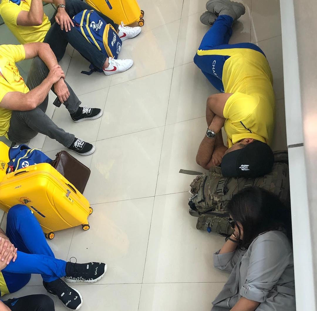 सोनमचा फोटो पाहून चाहत्यांना महेंद्र सिंग धोनीच्या फोटोची आठवण झाली. धोनीने त्याचा आणि पत्नी साक्षीचा एअरपोर्टवरचा एक फोटो शेअर केला होता. या फोटोमध्ये दोघं एअरपोर्टच्या जमिनीवर झोपलेले दिसत आहेत. धोनीने लिहिले की, 'जेव्हा सकाळची फ्लाइट पकडायची असते तेव्हा अशीच अवस्था असते.'