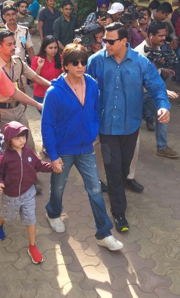 शाहरुख मुलगा अब्राम आणि पत्नी गौरी खानसोबत मतदान करायला पोहोचला होता. यावेळी शाहरुखने निळ्या रंगाचं स्टायलिश जॅकेट घातलं होतं तर अब्रामनेही बरगंडी रंगाचं जॅकेट घातलं होतं.