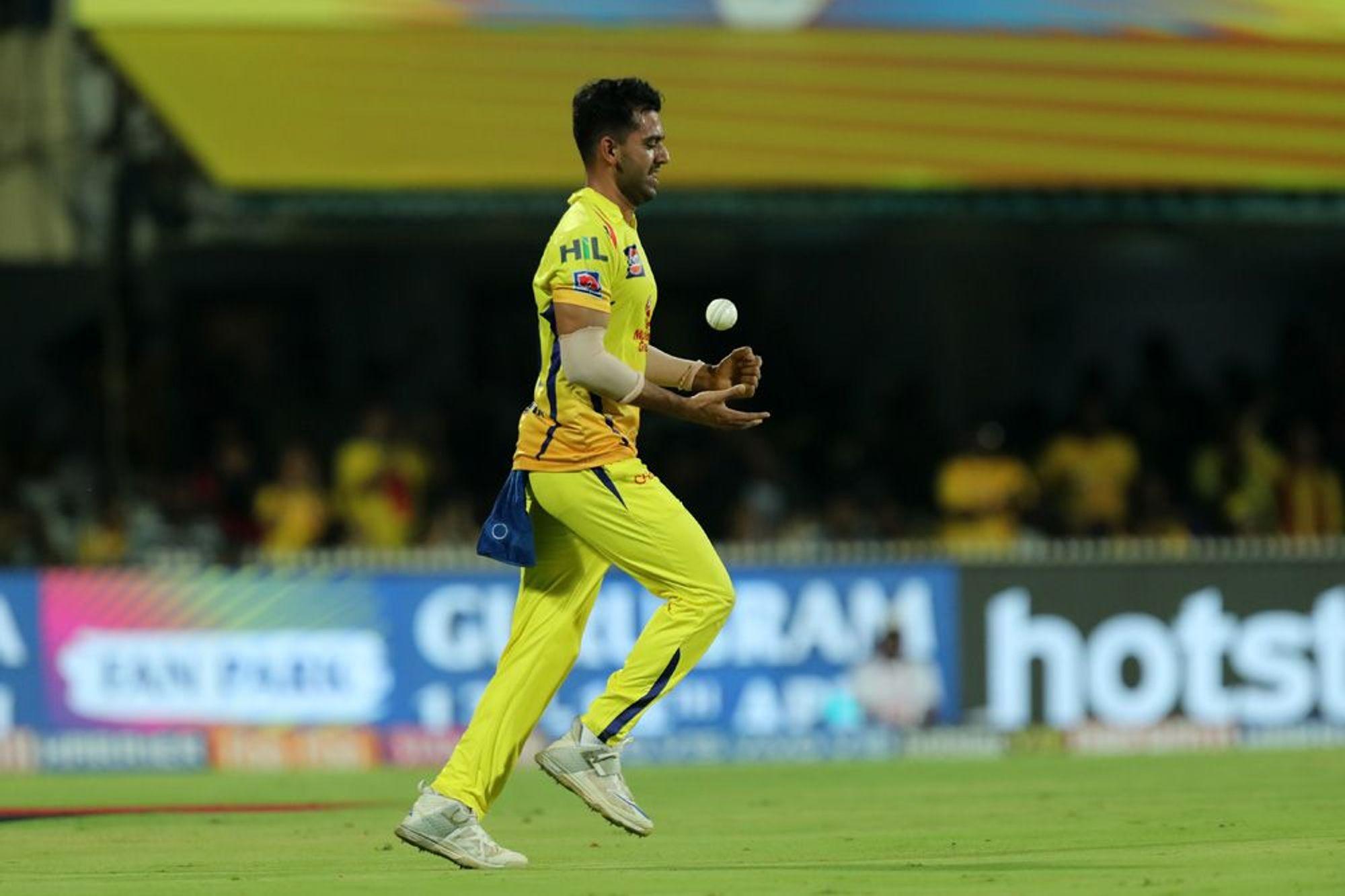 आशिष नेहराने डेक्कन चार्जर्स हैदराबादविरुद्धच्या सामन्यात 19 निर्धाव चेंडू टाकले होते.