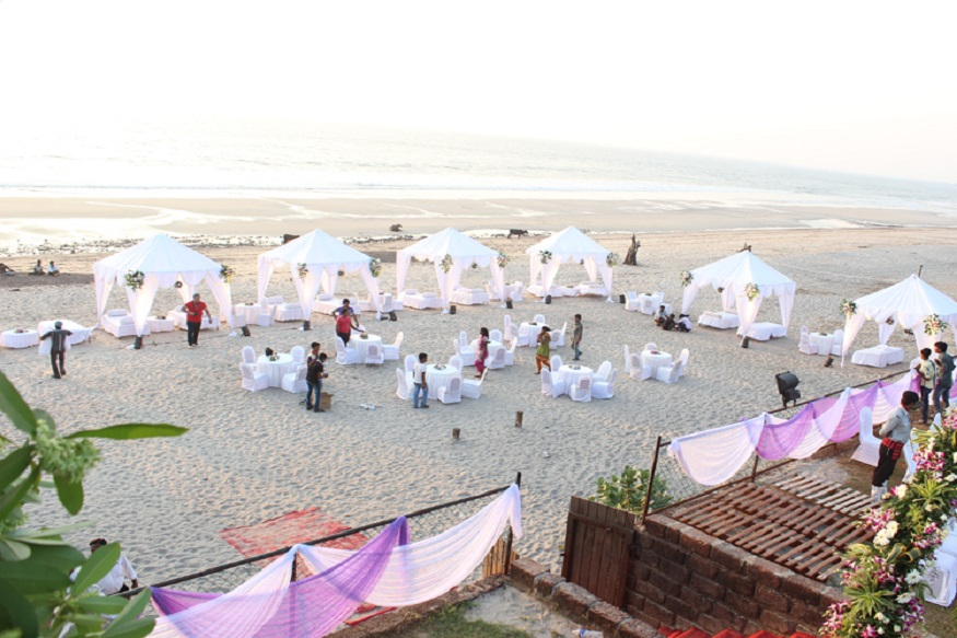 अलिबाग महाराष्ट्रातील सुंदर डेस्टिनेशन वेडिंगसाठी ठिकाण आहे. बीचवर किंवा रिसॉर्टमध्ये तुम्ही तुमच्या लग्नाचा प्लॅन करू शकता.