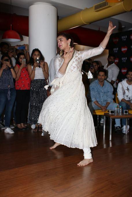 प्रमोशन इव्हेंटमध्ये आलियाने पांढऱ्या रंगाचा अनारकली ड्रेस घातला होता. यावेळी तिने चाहत्यांशी सिनेमाशी निगडीत गोष्टींवर मनमोकळ्या गप्पाही मारल्या. यावेळी तिने खास डान्स परफॉर्मन्सही दिला.