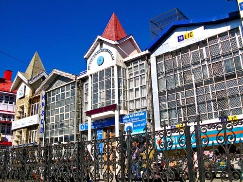 15 एप्रिलला हिमाचल डे आहे. त्यादिवशी हिमाचल प्रदेश इथल्या बँका बंद राहतील. बंगाली न्यू इयरला पश्चिम बंगाल आणि त्रिपुरा इथल्या बँका बंद राहतील.