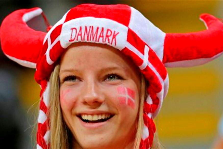 जगात सर्वात आनंदी असलेल्या देशांच्या यादीत डेन्मार्क या देशाने लागोपाठ सातव्यांदा टॉप तीनमध्ये स्थान मिळवलं आहे. 2018 च्या 'वर्ल्ड हॅप्पीनेस रिपोर्ट'मध्ये 155 देशांचा समावेश होता. गेल्या सात वर्षांपासूनची ही परंपरा डेन्मार्कने कायम राखली. तर दुसरीकडे अमेरिका चवथ्या क्रमांकावरून 18 व्या क्रमांकावर खाली घसरली. ही कारणे आहेत जी डेन्मार्कला जगात सर्वात जास्त आनंदी देश बनवतात.