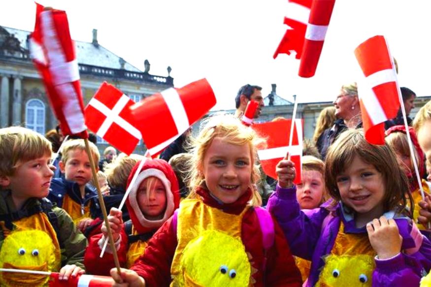 डेन्मार्कने लागोपाठ सातव्यांदा हा खिताब मिळवला असल्यामुळे 'अशी कोणती गोष्ट आहे, जी या देशातील नागरिकांना आनंदी ठेवते?' असा प्रश्न प्रत्येकाच्या मनात निर्माण होतो. त्यापाठीमागे इथल्या Hygge या संस्कृतीचं मोठं योगदान आहे असं विशेषज्ञ मानतात.