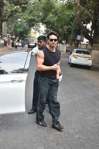 बॉलीवूड अभिनेता टायगर श्रॉफ यानेदेखील मुंबईमध्ये आपला मतदानाचा हक्क बजावला.