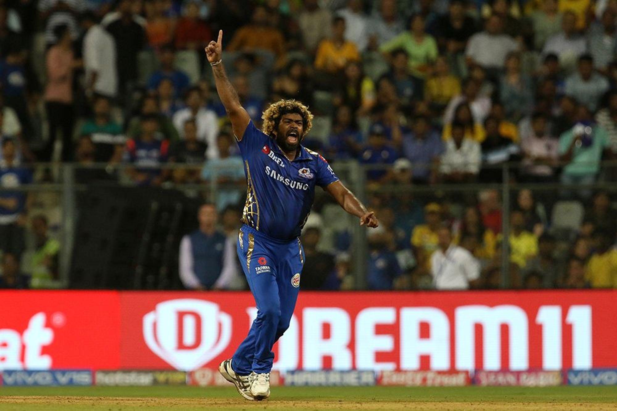 इंग्लंडमध्ये होत असलेल्या वर्ल्ड कपच्या दृष्टीने श्रीलंका क्रिकेट मंडळाने 4 ते 11 एप्रिल या कालावधीत होणाऱ्या स्थानिक क्रिकेट स्पर्धेत खेळाडूंना सहभागी होण्याची सक्ती केली आहे. त्यानुसार मलिंगा सध्या स्थानिक सामन्यांमध्ये सहभागी झाला आहे. पण आश्चर्याची गोष्ट म्हणजे 24 तासांच्या कालावधीत मलिंगानं टी-20 आणि एकदिवसीय सामने खेळले. एवढच नाही तर, या दोन्ही सामन्यात त्यानं एकूण 10 विकेट घेण्याचा पराक्रम केला आहे.
