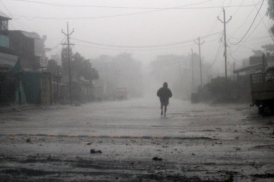 28 एप्रिल रोजी ओडिशा सरकारने संबंधित जिल्हाधिकारी आणि विभागांना सतर्क राहण्याचे आदेश दिले आहेत. कारण, उत्तर-पश्चिम दिशेने हलणारं चक्रीवादळ नंतर उत्तर-उत्तर-पूर्व दिशेने फिरण्याची शक्यता आहे.