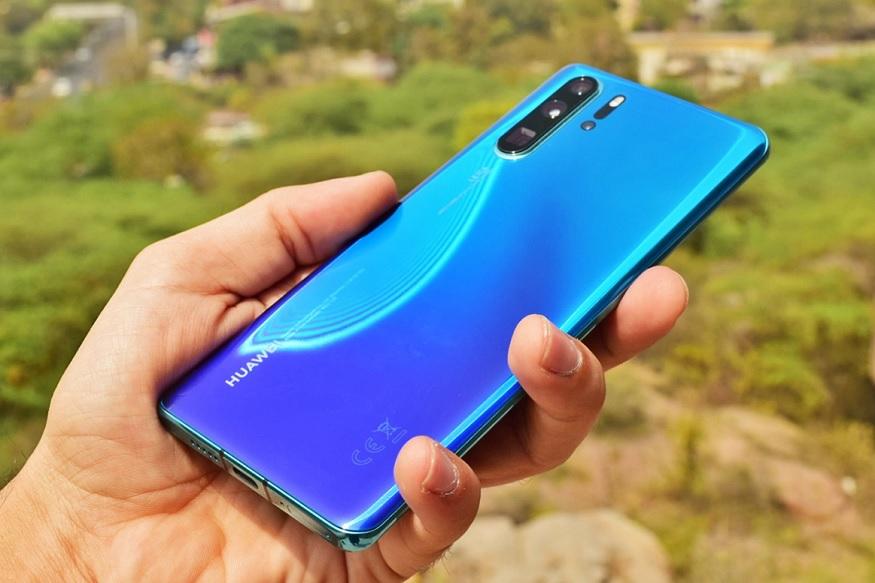ई-कॉमर्स कंपनी अॅमेझॉनवर हा मोबाईल उपलब्ध असून, त्याची किंमत 71,990 रुपये ठेवण्यात आली आहे. क्रिस्टल और अरूरा अशा दोन स्वरूपात आणि तीन रंगात हा स्मार्टफोन उपलब्ध असून, तो खरेदी करणाऱ्यांना जबरदस्त ऑफर दिली जात आहे.