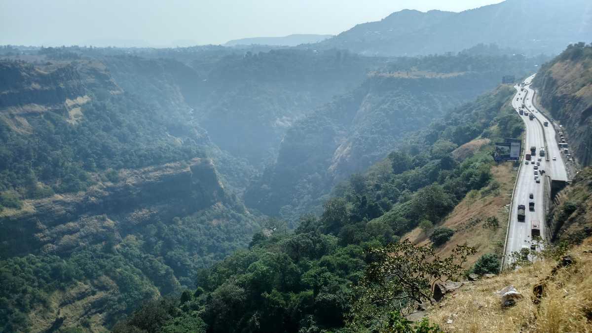 लोणावळा- महाराष्ट्रातील लोणावळ आणि खंडाळा सर्वात जुनी पर्यटनस्थळं आहेत. उंच कडे, धबधबा हे या प्रदेशाचं वैशिष्ट आहे. लोणावळ्याची चिक्की जीभेवर ठेवताच पाणी होणारी आणि लोणावळा चिक्की म्हटलं की तोंडाला पाणी सुटतं.