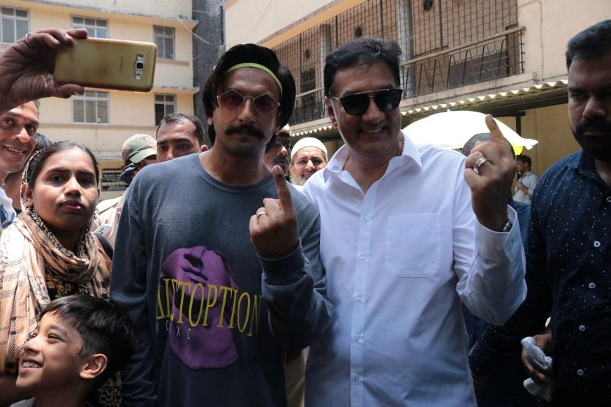 रणवीर सिंग आपल्या वडिलांसोबत मतदान करायला वांद्यात गेला होता.