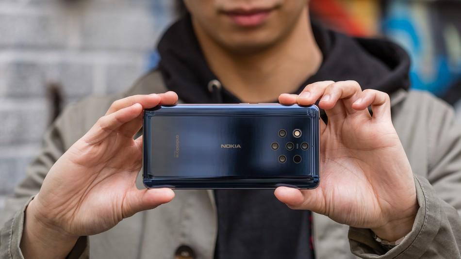 Nokia 9 PureView हा जगातला पहिला असा स्मार्टफोन आहे ज्याच्या रियर मध्ये प्रत्याकी 12 मेगापिक्सलचे 5 कॅमेरे देण्यात आले आहेत. तर सेल्फीसाठी 20 मेगापिक्सलचा कॅमेरा देण्यात आला आहे.