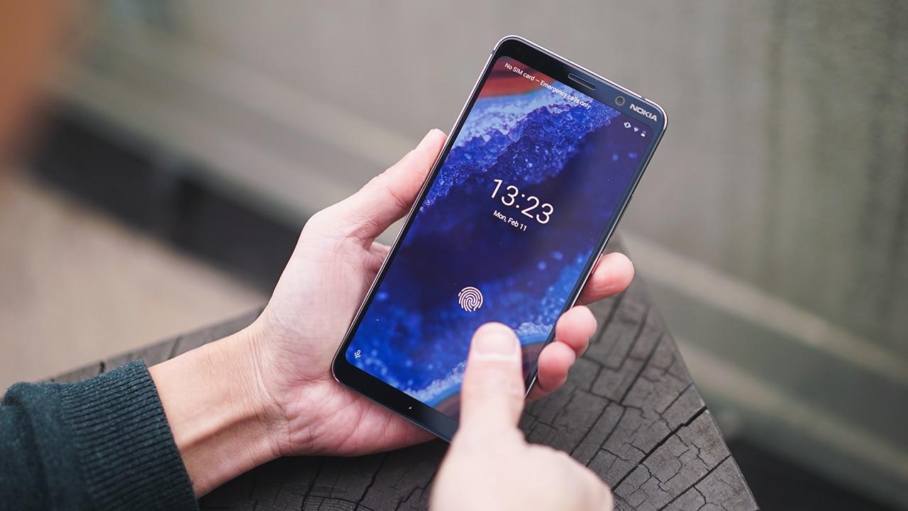 5.99 इंचाची मोठी स्क्रीन - या मोबाईलचा 5.99 इंचाचा QHD pOLED नोकिया PureDisPlay आहे. जो फिंगरप्रिंट सेंसरसह देण्यात आला आहे. हा स्मार्टफोन 6000 सीरीजच्या एल्युमीनियमपासून बनवण्यात आला असून, कॉर्निंग गोरिला ग्लास लावण्यात आला आहे.