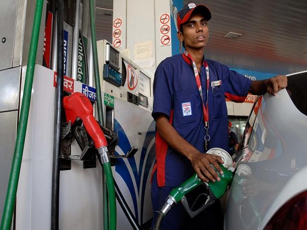 अल्जेरियात पेट्रोल 25.04 रुपयांना मिळतं.