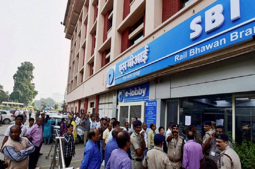 देशातली सर्वात मोठी बँक SBI टाॅप 10मधून बाहेर पडलीय. ती 11वी आहे.