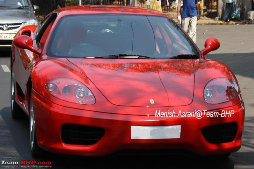 Ferrari 360 Modena (फोटो सौजन्य : Team-BHP) फेरारी 360 मॉडेना ही खरोखर प्रत्येकाची ड्रीम कार असू शकते. त्यातून सचिनला ही गाडी मिळालेय वेगाचा बादशहा - फॉर्म्युला 1 चा चँपियन मायकेल शुमारक याच्याकडून. डॉन ब्रॅडमनच्या 29 कसोटी शतकांची सचिनने बरोबरी केली तेव्हा 2000 साली शुमाकरने ही भन्नाट गाडी त्याला भेट दिली होती. काही वर्ष ती सचिनच्या ताफ्यात होती. मग त्याने सुरतच्या एका व्यापाऱ्याला विकली.
