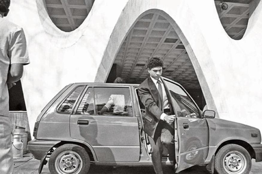 Maruti 800 या गाडीला विसरून कसं चालेल. ही गाडी आपल्यापैकी अनेकांकडे असेल, किंवा घेण्याचा विचार केला असेल. त्या वेळी भारताच्या नवमध्यमवर्गाकडे हीच गाडी घेण्याएवढं स्वप्न असायचं. सचिनने स्वतः खरेदी केलेली ही अर्थातच पहिली गाडी. 1983 मध्येच सचिनला ही गाडी घ्यायची होती. त्या वेळी भारतात मारुती 800 नुकतीच लाँच झाली होती. पण प्रत्यक्षात सचिनला ती घेता आली 1989 साली. अगदी नुकतंच मारुती सुझुकीने या गाडीचे अपडेटेड व्हर्जन लाँच केलं आहे Alto 800.