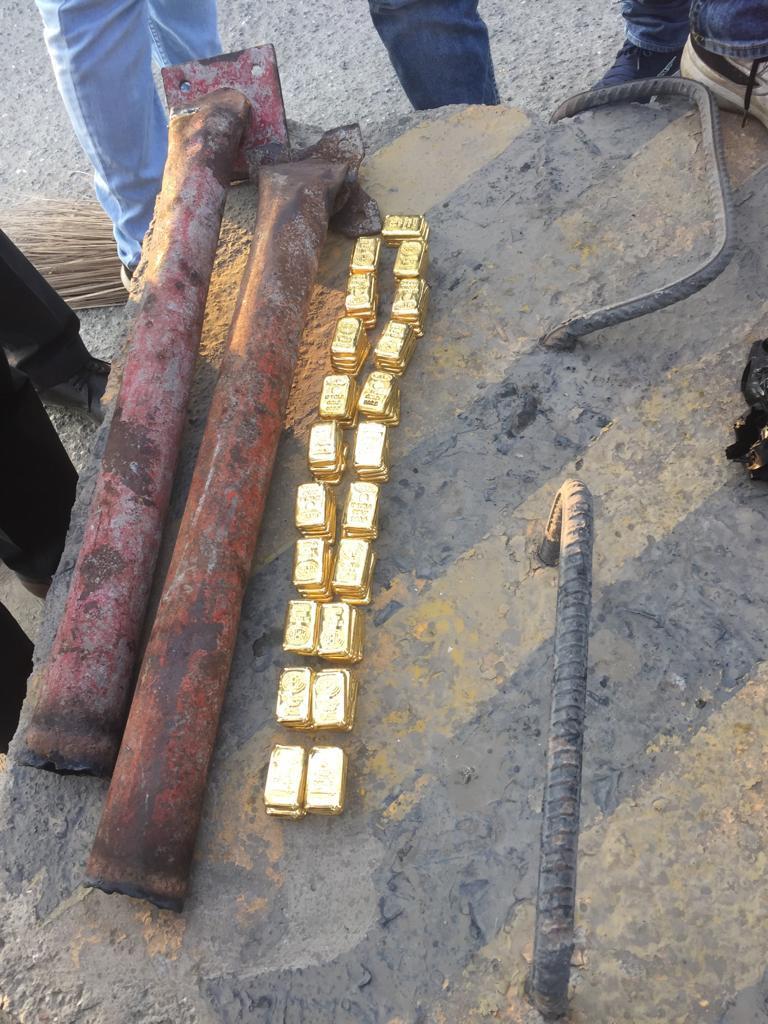 सोन्याची तस्करी करणाऱ्या या टोळीने चक्क लोखंडी पाईपमध्ये हे सोनं लपवलं होतं.