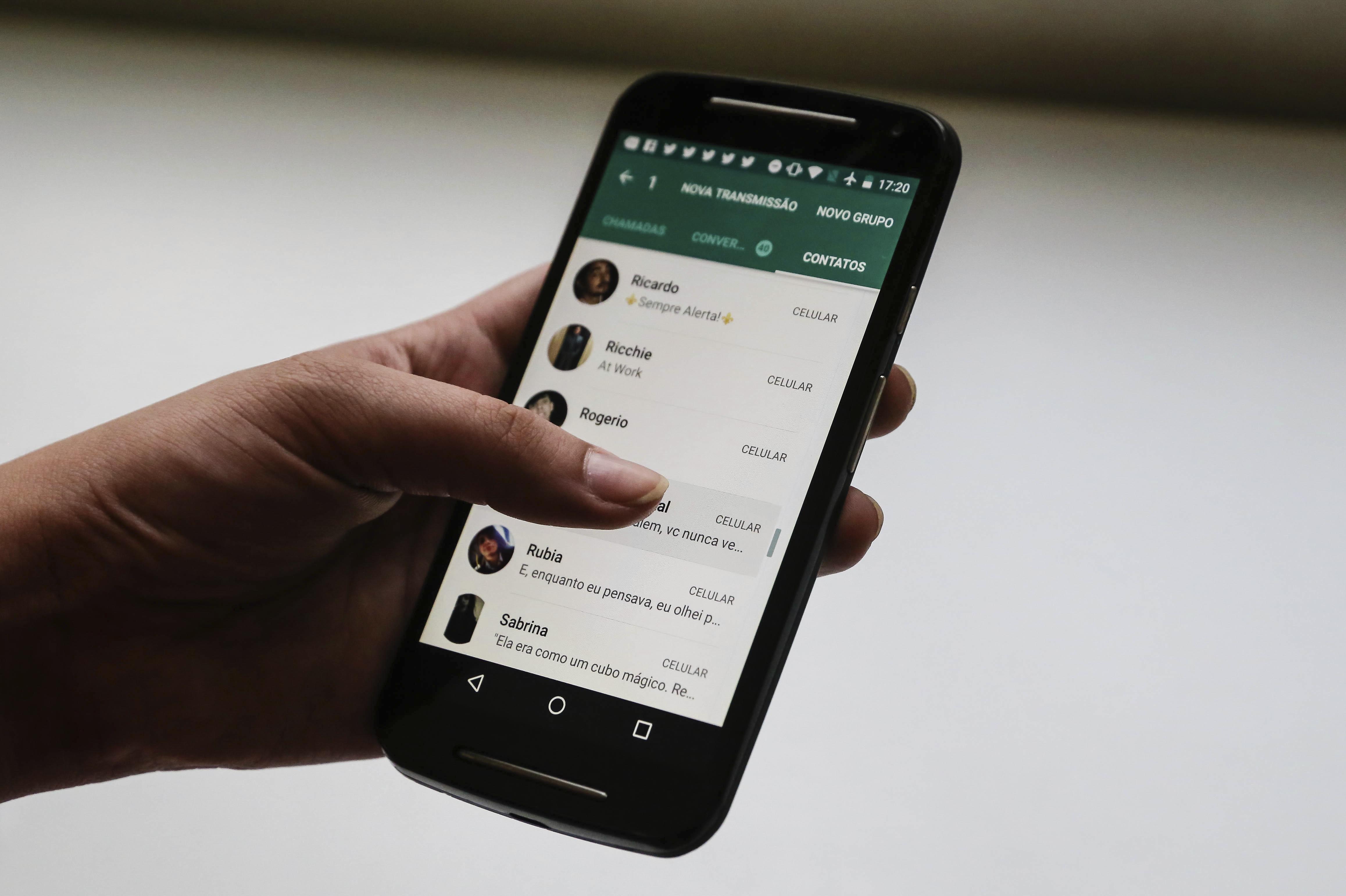 जेव्हा अशा प्रकारचा मॅसेज तुम्ही ओपन करता आणि लिंकवर क्लिक करता, तेव्हा तुमची संपूर्ण माहिती हॅकर्सकडे चालली जाते. त्यानंतर तुमचं WhatsApp अकाउंट स्कॅमर नियंत्रित करतो. त्यानंतर तुमच्याच नकळत तुमचे मॅसेज वचणं आणि हवं त्याला मॅसेज पाठवणं असे प्रकार हॅकर्सकडून केले जातात.