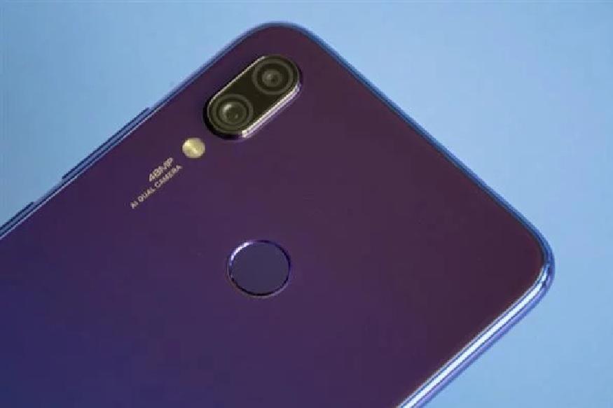 Redmi 7 या स्मार्टफोन चीनमध्ये अधीच लाँच करण्यात आला आहे. या फोनसा 6.26 - इंचाचा HD डिस्प्ले देण्यात आला आहे. फोनमध्ये ड्युएल रियर कॅमेरा सेटअप असून, त्यात 12 मेगापिक्सलचा प्रायमरी कॅमेरा आणि 2 मेगापिक्सलचा सेकंडरी कॅमेरा आणि सेल्फीसाठी 8 मेगापिक्सलचा कॅमेरा या फोन मध्ये असणार आहे.