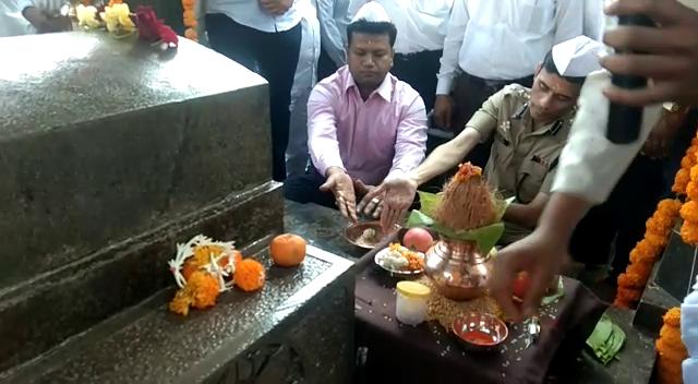 सकाळी पुण्याचे  जिल्हाधिकारी नवलकिशोर राम आणि पुणे ग्रामीण पोलीस आधिक्षक संदीप पाटील यांच्या हस्ते शासकीय पूजा संपन्न झाली.