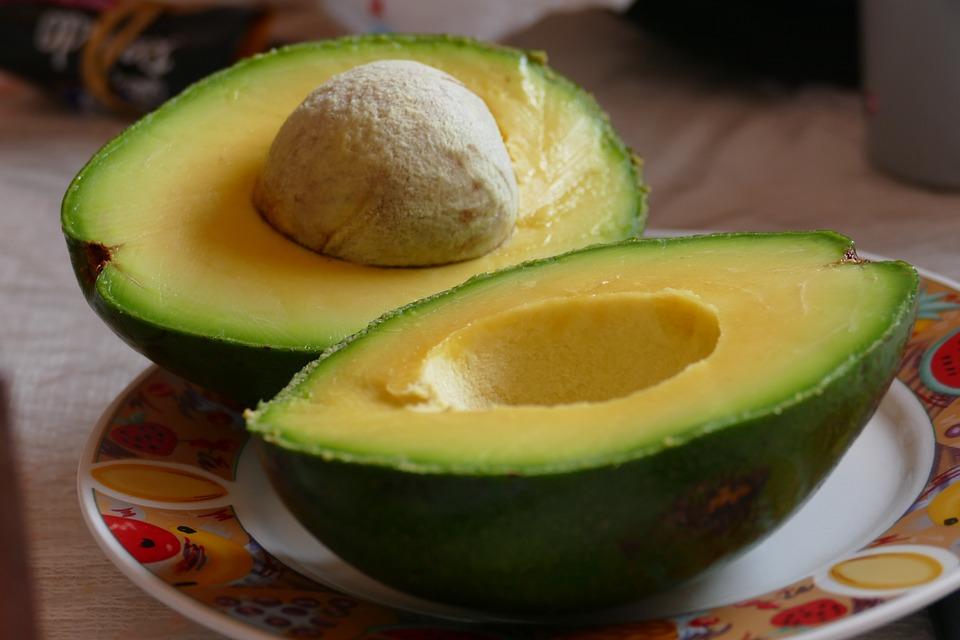 अॅव्होकॅडो- हे एक फळ आहे. फ्रिजमध्ये ठेवल्यानं अॅव्होकॅडो फळ पिकत नाही. पिकलेलं फळ ठेवलं तर ते लवकर खराब होतं. या फळाला केळ्याजवळ ठेवल्यास फळ लवकर पिकतं असाही दावा केला जातो.
