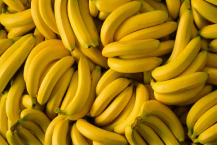 केळ- कच्ची केळी तुम्ही फ्रिजमध्ये ठेऊ शकता. पिकलेली किंवा तयार झालेली केळी फ्रिजमध्ये ठेवल्यानं खराब होतात. केळ्याची साल काळी व्हायला सुरुवात होते.