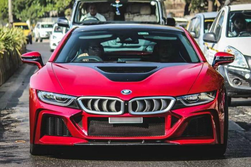 modified BMW i8. (फोटो सौजन्य : Darshan Shinde Photography) बीएमडब्ल्यू आय8 ही खरं तर स्पोर्ट्स कार. सचिनसाठी ही गाडी खास कस्टमाईज्ड करण्यात आली होती. सचिन स्वतः 2012 पासून BMW चा ब्रँड अँबॅसेडर आहे. या मॉडिफाईड गाडीचा रंगसुद्धा खास सचिनला हवा म्हणू लाल आणि पांढरा रंगवण्यात आला होता.