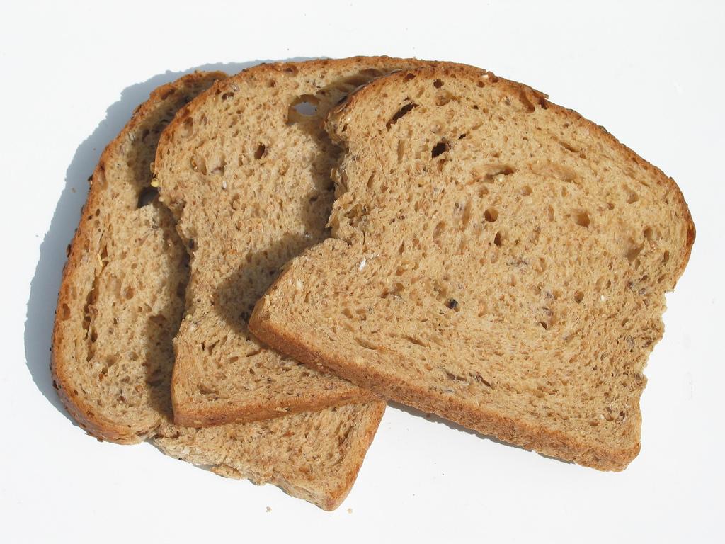 ब्रेड- फ्रिजमध्ये ब्रेड ठेवल्यानं ब्रेड कडक होतो. ब्रेडची व्हॅलिडिटी वाढत नाही. तो दोन दिवसांत संपवणं गरजेचं असतं. थंड तापमानामुळे ब्रेडला लवकर बुरशी येऊ शकते.