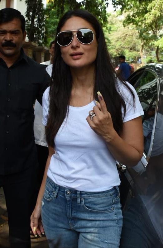 अभिनेत्री करिना कपूरने आज मुंबईत आपला मतदानाचा हक्क बजावला.