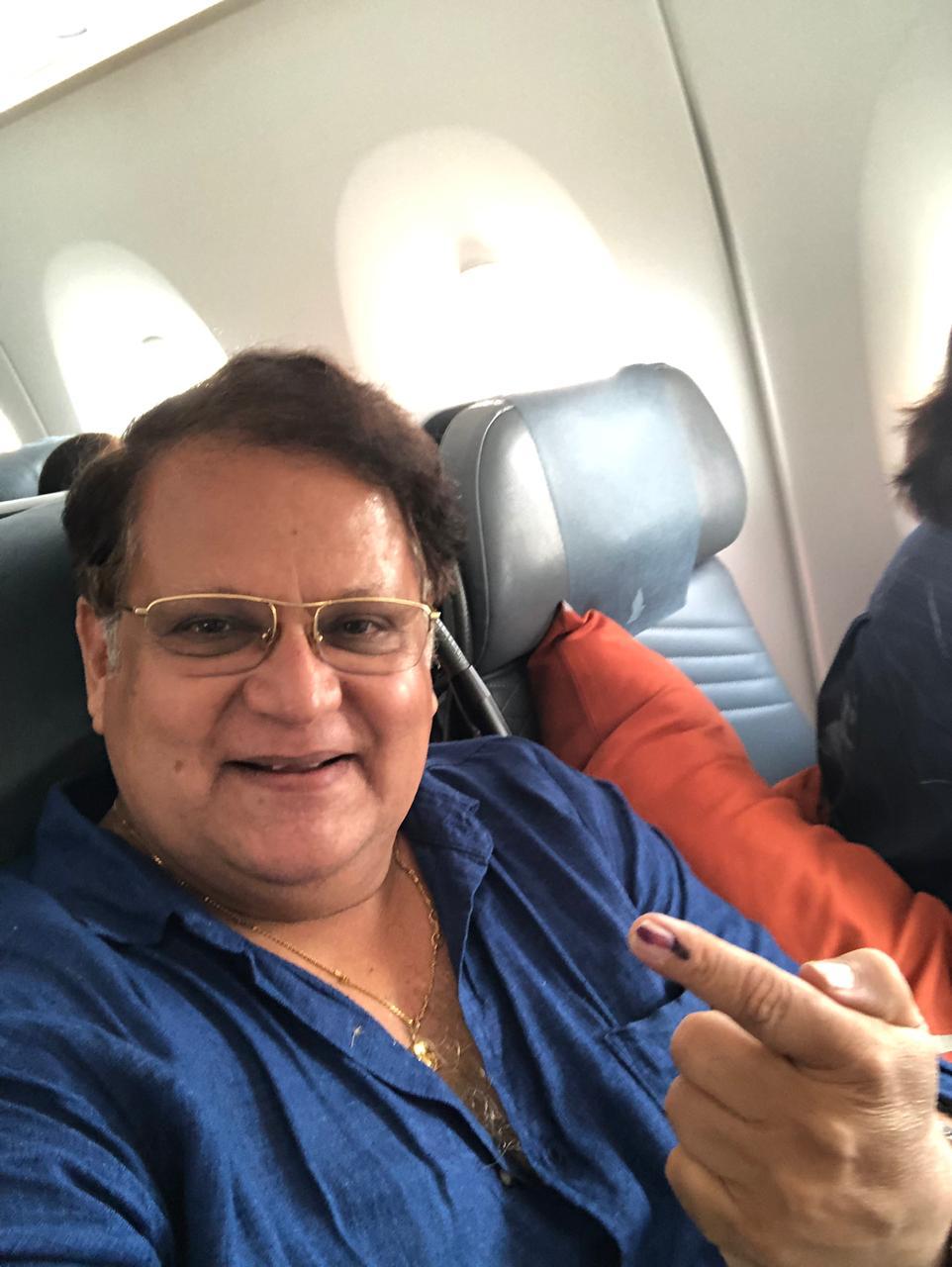 मराठी सिनेसृष्टीतले प्रसिद्ध अभिनेते महेश कोठारे यांनीदेखील मतदानाचा हक्क बजावला.