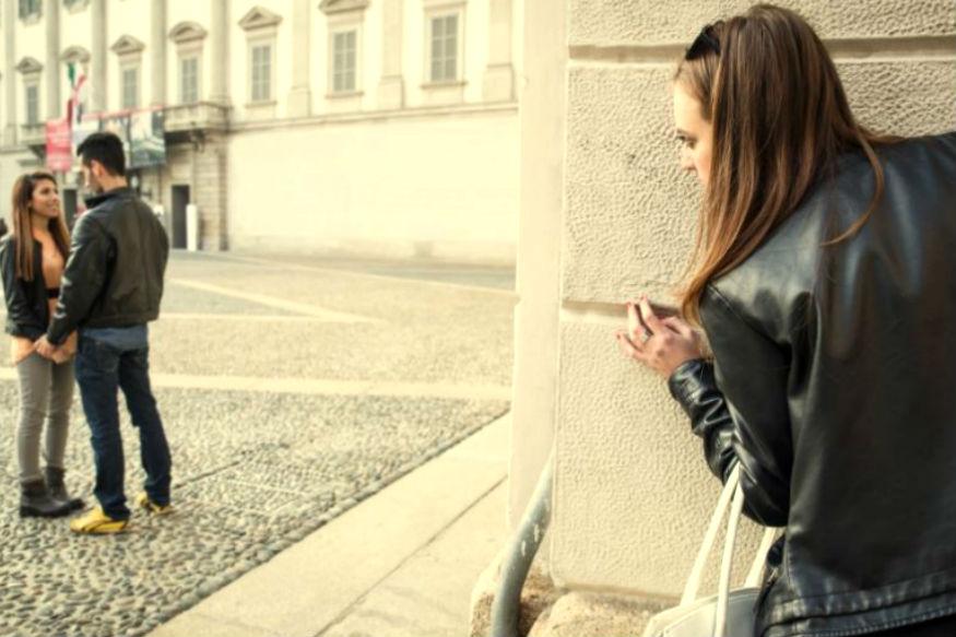 विवाहबाह्य संबंध असल्यानं नात्यात दुरावा येतो. अशा वेळी एकटेपणाचा कंटाळा येतो. त्यामुळे दोघांच्या नात्यातील गोडवा संपतो आणि मग एकमेकांना प्रेमात फसवण्याचे प्रकार सुरू होतात.