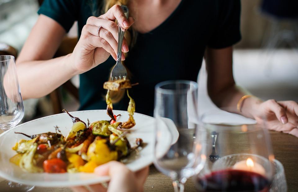 तुमच्या आहारातील सर्वात घातक घटक म्हणजे अति मीठ खाणं. मिठाच्या अति सेवनामुळे हृदयाचे अनेक आजार, हाय ब्लडप्रेशर सारखे आजार होतात. संशोधकांच्या म्हणण्यानुसार परिपूर्ण आहाराच्या कमतरतेमुळेही हा धोका निर्माण होऊ शकतो.