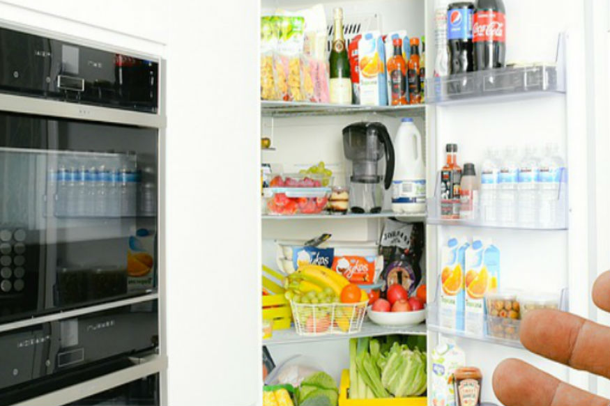 प्रत्येक गोष्ट फ्रिजमध्ये ठेवल्यानं ती ताजी राहते असा एक समज आहे. मात्र प्रत्येक वस्तू, पदार्थांबाबत ते लागू होतंच असं नाही. अशाही काही वस्तू आहेत ज्या फ्रिजमध्ये न ठेवणं आपल्या आरोग्याच्या दृष्टीनं फायद्याचं आहे.
