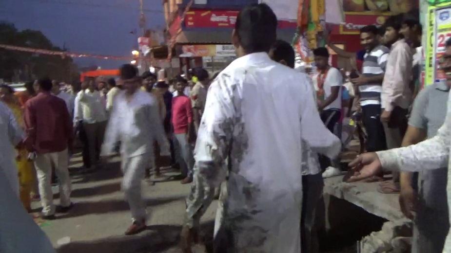 रोड शोदरम्यान, पंतप्रधान नरेंद्र मोदी यांच्या नावाच्या घोषणा होत होत्या. रस्त्यावर भाजप कार्यकर्त्यांची मोठी गर्दी जमा झाली होती. त्यावेळी रस्त्यावर उघड्या असलेल्या गटारात कार्यकर्ते पडले.