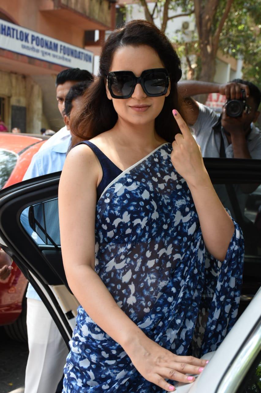 अभिनेत्री कंगना रानावत हिनेदेखील मुंबईत आपाल मतदानाचा हक्क बजावला.