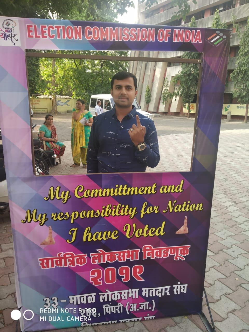 काही ठिकाणी सेल्फी काढत मतदानाचा हक्क नागरिकांनी बजावला आहे.
