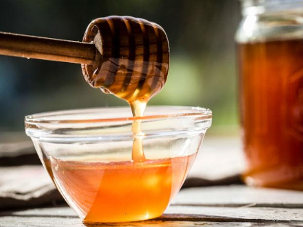 मध- मध फ्रिजपेक्षा बाहेर खोलीतील वातावरणात ठेवल्यास अधिक काळ टिकते आणि ताजे रहाते. फ्रिजमध्ये ठेवल्यानं काही वेळा मधाच्या गुठळ्या होतात.