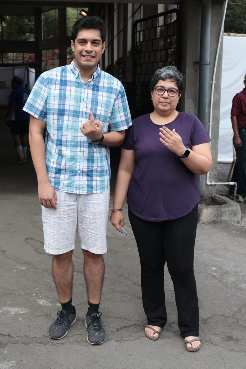 अभिनेता आमिर खानची घटस्फोटीत पत्नी रिना दत्त आणि त्याचा मुलगा याने मतदानाचा हक्क बजावला.